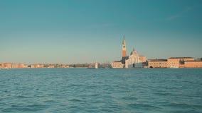 Itália, Veneza - em fevereiro de 2019: Vista na praça San Marco e na torre de sino da outra costa de Grand Canal vídeos de arquivo