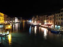 Itália, Veneza - Grand Canal na noite está completo das luzes e da cor Fotografia de Stock Royalty Free
