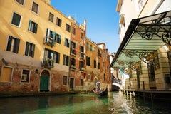 Itália, Veneza, o 25 de fevereiro de 2017 Rua de Veneza com gôndola, Br Imagem de Stock Royalty Free