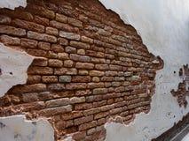 Itália, Veneza - o tijolo velho das mostras da parede de tijolo é mais forte do que o almofariz Fotos de Stock
