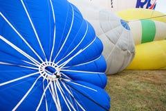 Itália, voo colorido dos balões de ar quente de Mondovì-janeiro 06,2013 Imagens de Stock