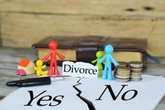 It's moeilijk om te besluiten of aan scheiding of niet met miniatuurspeelgoed die een familie en aandeelgoederen na scheiding v royalty-vrije stock fotografie