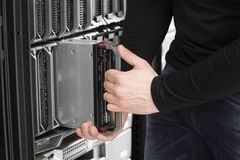 IT工程师在数据中心安装刀片服务器 免版税图库摄影