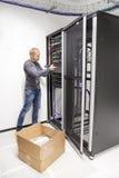 IT工程师在datacenter安装网络转接 免版税库存图片