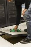 IT工程师打开数据地板 免版税库存照片