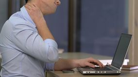 IT开发商在脖子的痛苦痛苦,惯座生活方式,脊髓疾病的风险 影视素材