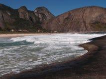 Itacoatiara strand i Niteroi, Brasilien Royaltyfri Fotografi