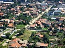 Itaipu Stadt gesehen von der Gebirgsoberseite Lizenzfreie Stockfotografie