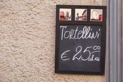 Italië, Bologna, een verse deegwarenwinkel het verkopen tortellini Royalty-vrije Stock Foto