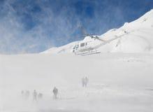 Italië. De helikopter neemt het team van de ski vrije rit royalty-vrije stock foto