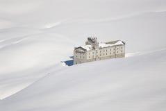 Italië. De skitoevlucht van Aosta. Verlaten berghotel royalty-vrije stock foto
