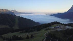 Italië, Dolomiet, Alta Badia, Sud Tirol Hommel luchtmening van de mist bij de bodem van de vallei stock videobeelden
