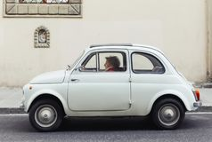 Italië, Florence, 10 April, 2018: Oude vrouw in een retro auto royalty-vrije stock foto