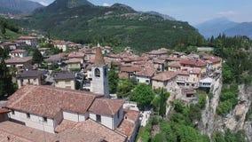 Italië Kerk op de berg en de oude stad Panorama van het schitterende die Meer Garda door bergen wordt omringd video stock video