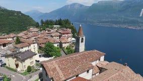 Italië Kerk op de berg en de oude stad Panorama van het schitterende die Meer Garda door bergen wordt omringd video stock footage