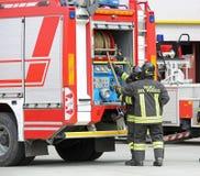 Italië, Italië - Mei 10, 2018: brandvrachtwagen en talian firefigh twee royalty-vrije stock foto