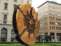 Italië - Milaan 12,2018 JUNI - Disco het beeldhouwwerk van Arnaldo Pomodoro in MEDA-vierkant, Milaan, Stock Fotografie