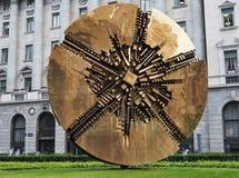 Italië - Milaan 12,2018 JUNI - Disco het beeldhouwwerk van Arnaldo Pomodoro in MEDA-vierkant, Milaan, Royalty-vrije Stock Afbeeldingen