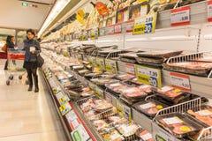 ITALIË, MILAAN 11 MEI, 2016: De consumenten in Lidl slaan op Lidl is een globale ketting van de kortingssupermarkt Stock Afbeeldingen
