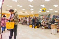 ITALIË, MILAAN 11 MEI, 2016: De consumenten in Lidl slaan op Lidl is een globale ketting van de kortingssupermarkt Royalty-vrije Stock Foto's