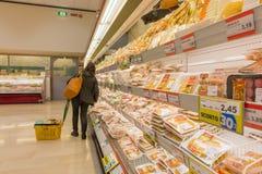 ITALIË, MILAAN 11 MEI, 2016: De consumenten in Lidl slaan op Lidl is een globale ketting van de kortingssupermarkt Royalty-vrije Stock Afbeelding