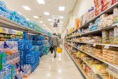 ITALIË, MILAAN 11 MEI, 2016: De consumenten in Lidl slaan op Lidl is een globale ketting van de kortingssupermarkt Royalty-vrije Stock Foto