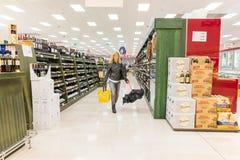 ITALIË, MILAAN 11 MEI, 2016: De consumenten in Lidl slaan op Lidl is een globale ketting van de kortingssupermarkt Stock Afbeelding