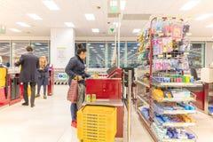 ITALIË, MILAAN 11 MEI, 2016: De consumenten in Lidl slaan op Lidl is een globale ketting van de kortingssupermarkt Stock Foto