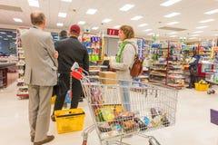 ITALIË, MILAAN 11 MEI, 2016: De consumenten in Lidl slaan op Lidl is een globale ketting van de kortingssupermarkt Royalty-vrije Stock Afbeeldingen