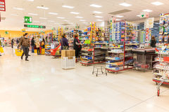ITALIË, MILAAN 11 MEI, 2016: De consumenten in Lidl slaan op Lidl is een globale ketting van de kortingssupermarkt Royalty-vrije Stock Fotografie