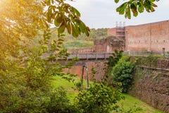 Italië Oud geruïneerd kasteel Abdij van San Nazzaro Sezies, in vroege 1040 ertoe verbindt zich die royalty-vrije stock foto