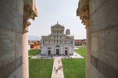 Italië Pisa, Juli 21, van 2013 Mening over de Basiliek en de Leunende Toren op Piazza dei Miracoli in Pisa tijdens de zonnige zom Royalty-vrije Stock Afbeelding