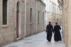 Italië, Puglia, Bari, Trani, een paar priesters royalty-vrije stock afbeelding