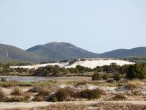 Italië, Sardinige, Carbonia Iglesias, Porto Pino, de vijver achter de witte zandduinen stock afbeeldingen