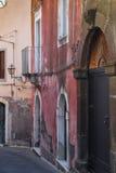 Italië, Sicilië: De oude straten van Acireale stock fotografie