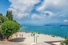 Italië, Sirmione, Meer Garda 17 juli, 2014 Mooie mening van het strand van de Italiaanse stad van Sirmione op meer Garda van voor stock afbeelding