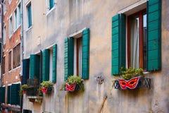 Italië; Venetië, 24 02 2017 Een aantal vensters met blinden, Fr Stock Foto's