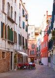 Italië, Venetië, 25 Februari 2017 Een straat in Venetië met colorfu Stock Afbeeldingen