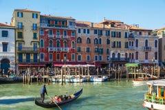 Italië, Venetië, 25 Februari, 2017 een straat in Venetië met een gond Stock Foto