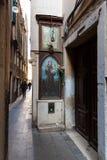 Italië, Venetië, 25 Februari, 2017 een straat in Venetië met een ico Royalty-vrije Stock Afbeelding
