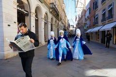 Italië, Venetië, 25 Februari 2017 persoonsgangen langs de straat van Venetië Stock Foto's