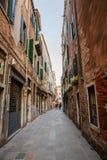 Italië, Venetië, 25 Februari, 2017 Straat in Venetië onder oude hou Royalty-vrije Stock Foto's