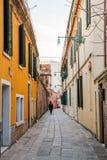 Italië, Venetië, 25 Februari 2017 Straat in Venetië onder oude hous Royalty-vrije Stock Afbeeldingen