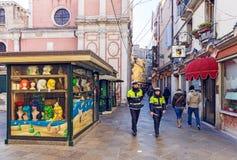 Italië, Venetië, 25 Februari 2017 ulitsa in Venetië met de politie Stock Afbeelding