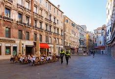 Italië, Venetië, 25 Februari 2017 Vierkant in Venetië met een restaur Stock Foto's