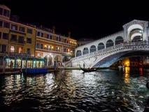 Italië, Venetië - Grand Canal en Rialto-de Brug bij nacht zijn volledig van lichten en kleur Stock Foto