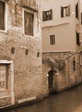 Italië Venetië Kanaal onder oude baksteenhuizen In gestemd sepia Root Stock Foto's