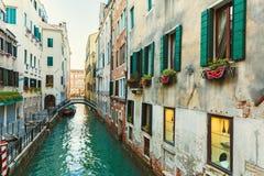 Italië; Venetië, 02/25/2017 Straat met een gekleurde brug, muren Royalty-vrije Stock Foto's