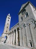Italia, Apulia, Trani, el puerto y la catedral Románica foto de archivo libre de regalías