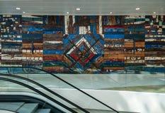 Italia Arte y arte Di Puglia, el panel de Gozzi de pared decorativo exhibido en el área de las salidas del aeropuerto de Bari imágenes de archivo libres de regalías